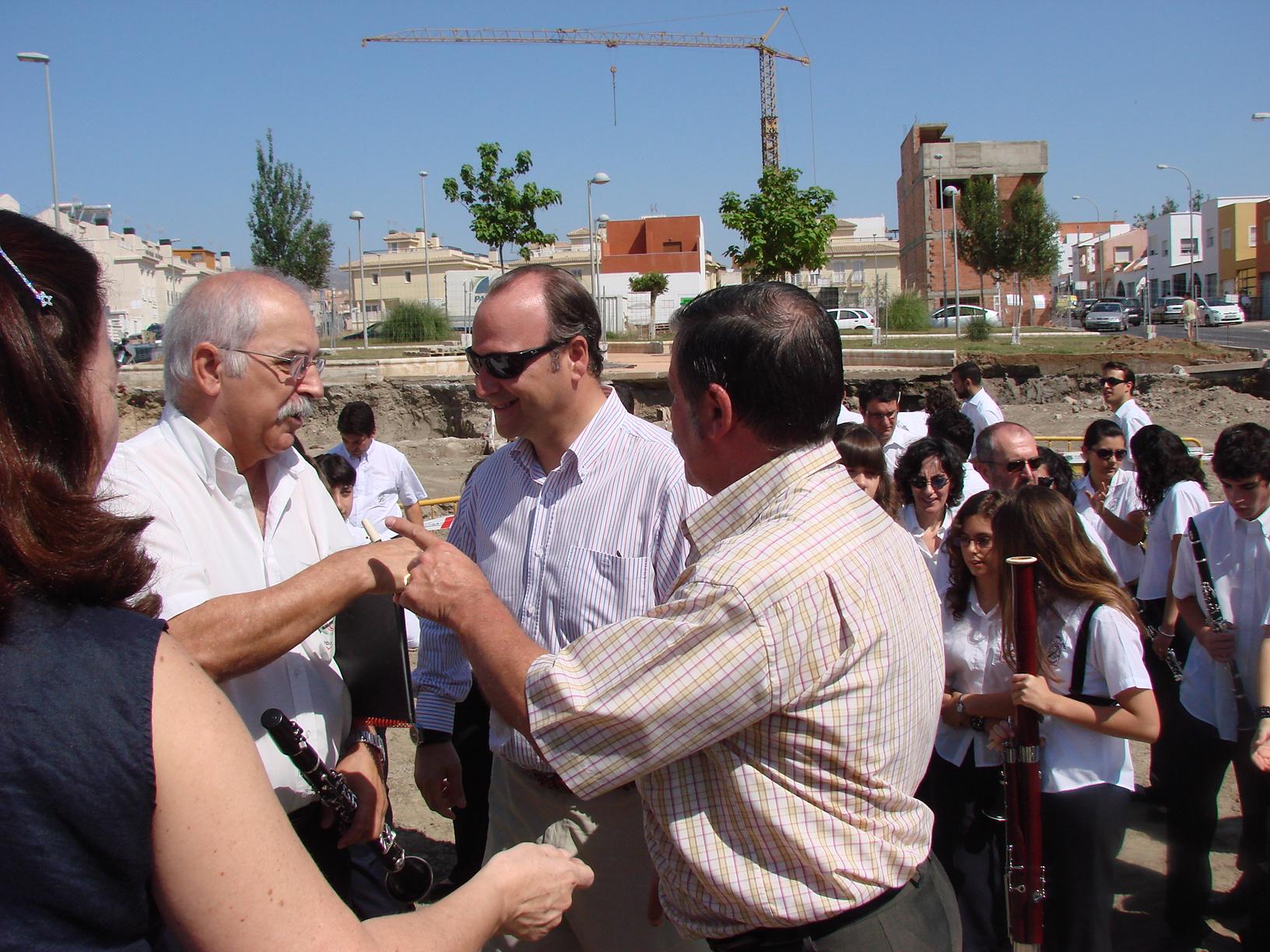 """""""Don Rafael"""" y Pepe Almécija hablando con el Sr. Alcalde. Luis Rogelio Rodríguez Comendador"""